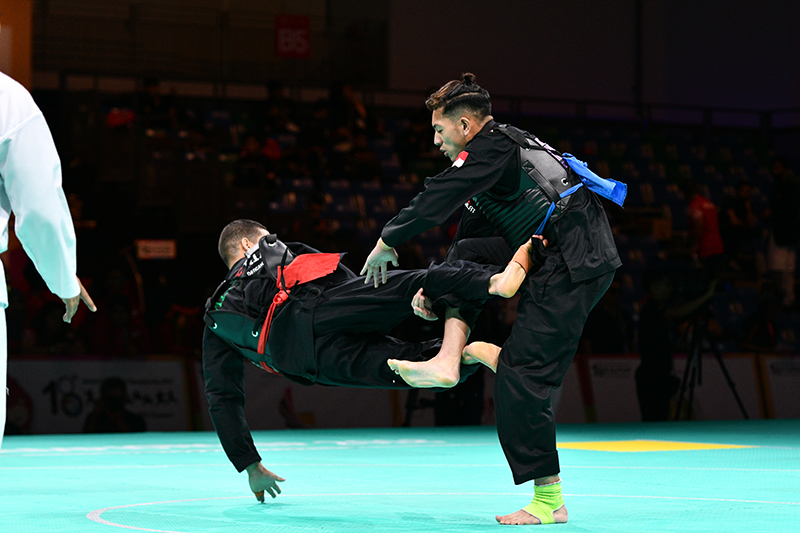 2018 World Pencak Silat Championship - Tanding - Male Category H, above 80-85kg - Quarter Finals -  Singapore Sports Hub, OCBC Arena, Singapore - December 15, 2018 - Muhammad Syakir Bin Jeffery (SGP) v. Khelfa Djelali (ALG) Photo by Eugene Lim/SportSG
