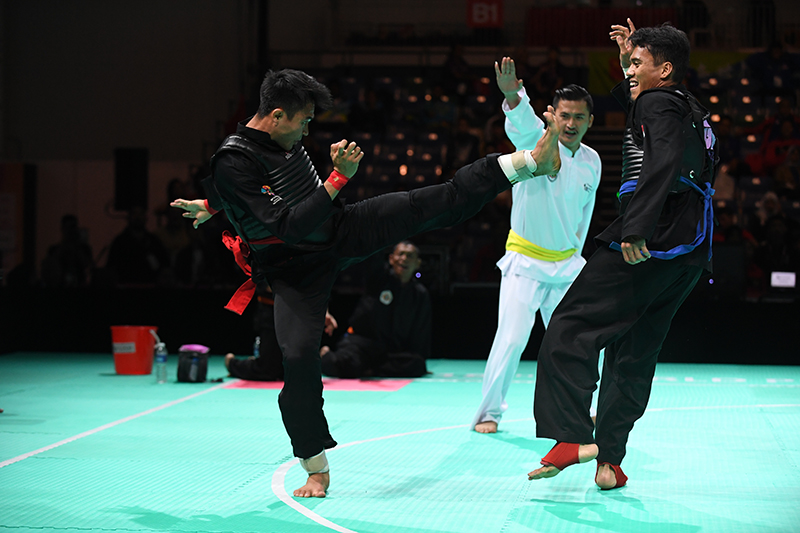 2018 World Pencak Silat Championship - Tanding - Male Category E, above 65-70kg - Semi Finals -  Singapore Sports Hub, OCBC Arena, Singapore - December 15, 2018 - Muhammad Shakir Bin Juanda (SGP) v. Komang Harik Adi Putra (INA) Photo by Suki/SportSG