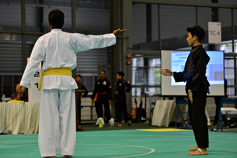 A referee awarding a point at the 6th Singapore Open Pencak Silat Championship at Our Tampines Hub on 3 November 2018. Photo by SportSG